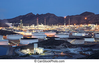 refinería, instalaciones, aceite, iluminado, anochecer