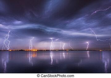 reflaction, över, blixtar, åskväder, insjö, natt