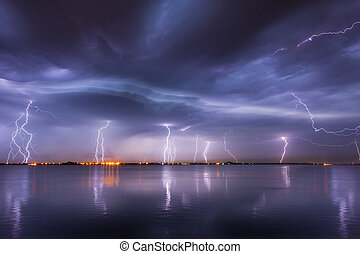 reflaction, 上に, 稲光する, 雷雨, 湖, 夜