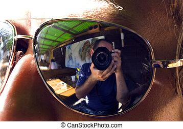 reflect of photograf on sunglass