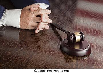 reflecti, atrás, restos, norteamericano, juez, bandera, manos, martillo, tabla