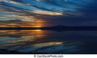 reflectie, op, salar, ondergaande zon , lagune, het vallen,...