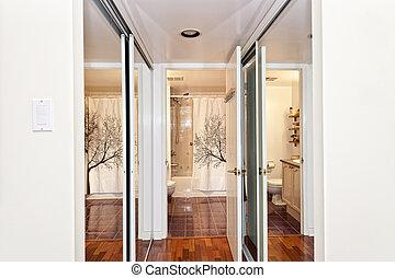 reflejado, armarios, y, cuarto de baño