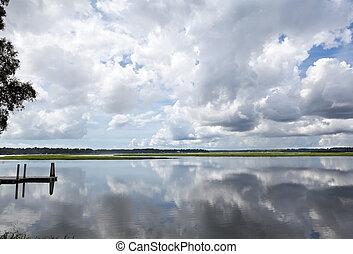 reflejado, liso, nubes, sc, hinchado, blanco, río, muelle, ...