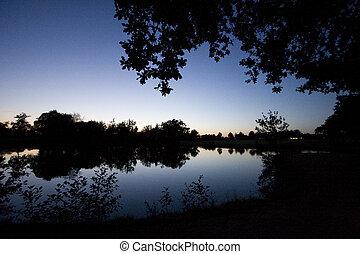 reflet, dans, a, lac, à, soir