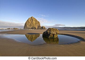 reflet, de, roche meule foin, à, plage canon