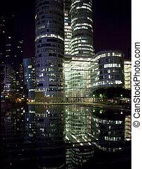 reflexión, de, defensa del la, edificios de oficinas, por la noche