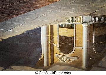 reflexión, de, el, edificio, en, un, charco