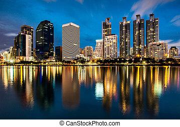 reflexión, de, iluminación, scape de ciudad, un