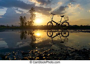 reflexión, de, silueta, parque de bicicleta, en, el, puerto