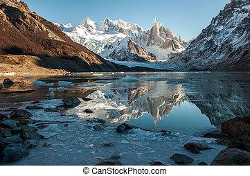 reflexión, lago congelado, fitz, torre, argentina, cerro, roy