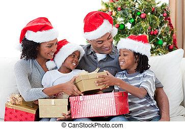 regali, afro-american, famiglia, presa a terra, natale