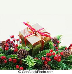 regalo de navidad, en, un, guirnalda, con, bayas, y, piñasdel pino