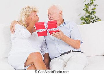 regalo, offerta, vecchio, donna anziana