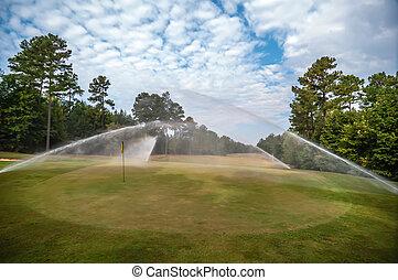 regar, hierba verde, césped, en, campo de golf