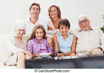 regardant télé, étendu famille
