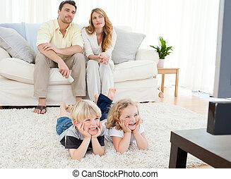 regardant télé, adorable, famille