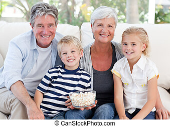 regardant télé, agréable, famille