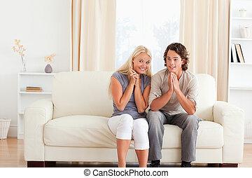 regardant télé, couple, jeu