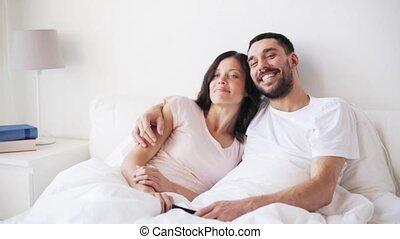 regardant télé, couple, lit, maison, heureux