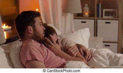 regardant télé, couple, lit, nuit, horreur