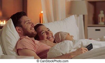 regardant télé, couple, lit, nuit, maison, heureux