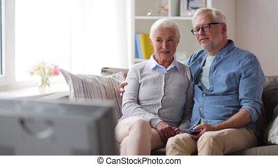 regardant télé, couple, maison, personne agee, heureux