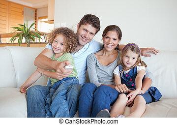 regardant télé, ensemble, famille, heureux