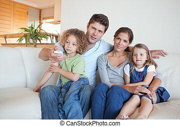 regardant télé, ensemble, famille