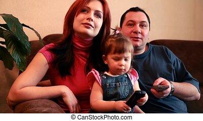 regardant télé, leur, parents, dorlotez fille