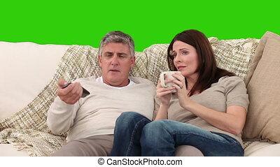 regardant télé, sofa, couple, leur, mûrir
