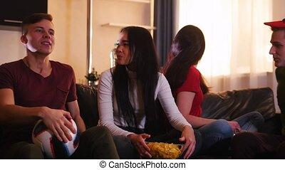 regardant télé, sofa, séance, jeune, quatre, amis
