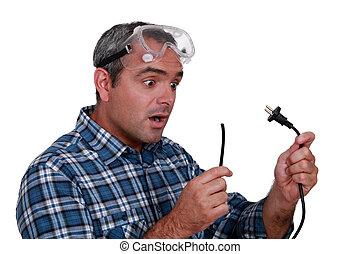 regarder, électrique, coupure, ouvrier, fil