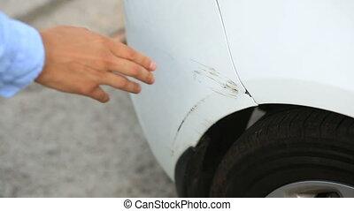 regarder, a, endommagé, vehicle., homme, inspecte, voiture, abîmer, après, une, accident