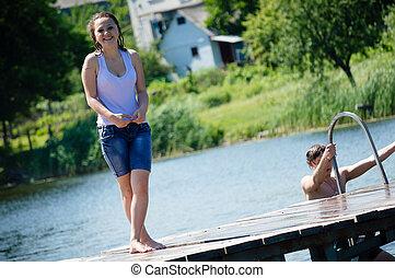 regarder, adolescente, &, temps, joyeux, eau, appareil photo, été, fond, dehors, sourire, avoir, heureux