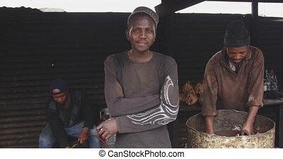 regarder, africaine, homme appareil-photo