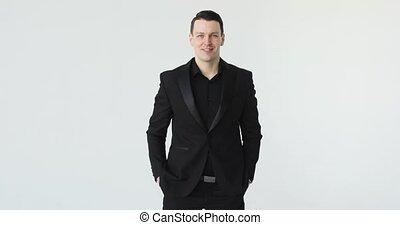 regarder, appareil photo, arrière-plan noir, complet, portrait, homme affaires, blanc