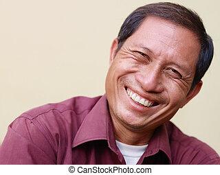 regarder, appareil photo, asiatique, mûrir, homme souriant, heureux
