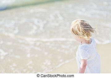 regarder, bébé, arrière, vue mer