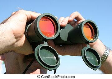 regarder, binoculaire, champ, par, officier, mâle