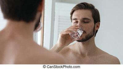 regarder, boire, jeune homme, beau, miroir, eau, sain