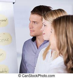 regarder, businesspeople, diagramme, chiquenaude