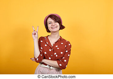 regarder, caucasien femme, signe, séduisant, jeune, sourire, rigolote, victoire, projection