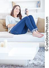 regarder, cellphone, girl, sofa