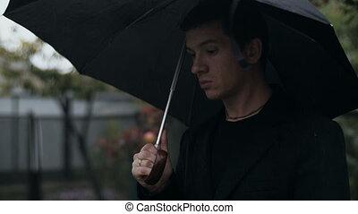 regarder, ciel, homme, parapluie, en avant!