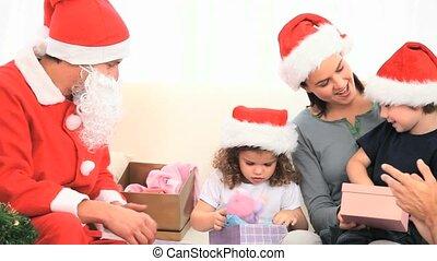 regarder, claus, dons, leur, santa, enfants