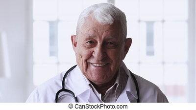 regarder, coup, docteur mûr, sourire, appareil-photo., tête, 80s