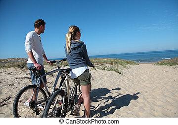 regarder, couple, bicycles, océan