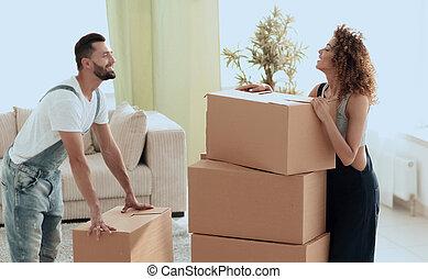 regarder, couple, boîtes, jeune, heureux