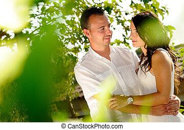 regarder, couple, complices, jeune, arbres
